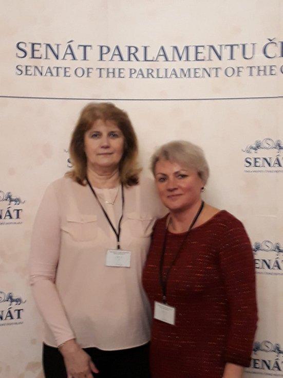 Hana Hoffmanová (vpravo) s Marií Ferencovou ze Žlutic (vlevo) na konferenci v pražském Senátu. Foto: H. Hoffmannová