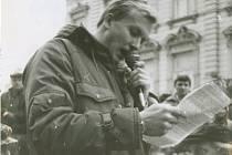 Hynek Faschingbauer na domažlickém náměstí v roce 1989.