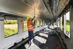 Vagon, který zůstal po nehodě v Milavčích, půjde do šrotu. Dělníci ho rozřežou