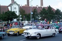 Ke startu se řadí zřejmě nejhezčí české sériové vozy poválečné výroby. Vlevo stojí kabriolet Škoda Felicia Josefa Míška, zprava najíždí aerodynamická Tatra 603 vyrobená před 55 roky.