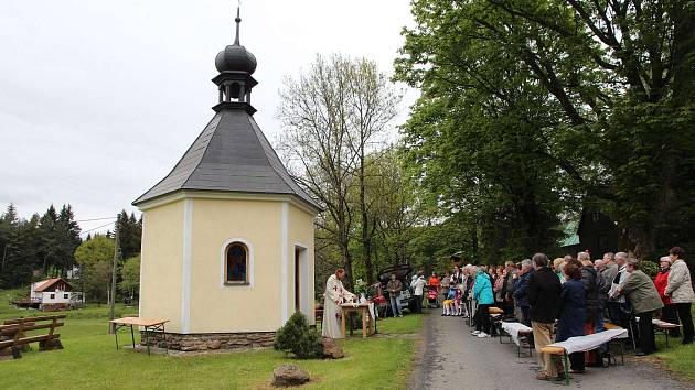 Z letošní capartické pouti. U kapličky sv. Jana Nepomuckého se sešli nejen věřící. Vlevo pod ní vede zmíněná naučná stezka.