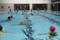 Opravený domažlický plavecký bazén, ve kterém se zatím učí jen školáci.
