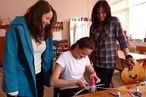 PLETENÍ Z DOMAŽLICKÉHO DENÍKU. Markéta Plachá (vpravo) sledovala, jak jde práce od ruky jedné z účastnic adventní dílny. Za pořadatele se přišla podívat Jana Zuberová.