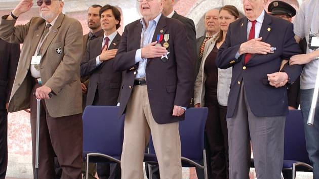 Američtí veteráni James Duncan, Herman Geist a Robert Gilbert na oslavách osvobození v Domažlicích v květnu 2015.