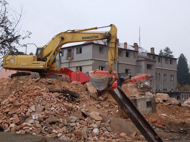 Z demolice staré domažlické nemocnice.