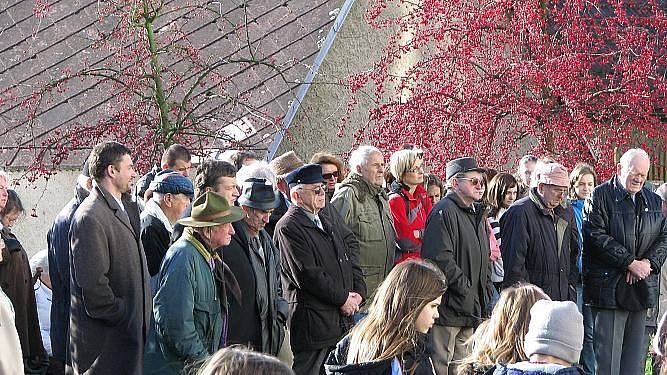 V zahradě pod Chodským hradem si u pamětní desky III. odboje připomněli listopad 1939 a 1989.