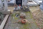 Hroby, sochy, kříže a další místa, která by se měla na klenečském hřbitově opravit.