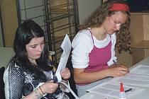 Domažličtí gymnazisté představují bavorským sousedům chodské kroje.