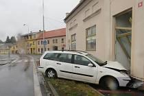 Auto narazilo do pohřebního ústavu v Husově ulici.