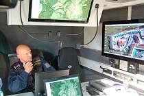 Z řídícího centra dohlíželi policisté na průběh zářijové razie na tržnici ve Folmavě. Zejména kvůli častému výskytu drog bude v březnu ve Folmavě otevřena nová policejní stanice.