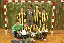 Vítězné družstvo žáků pod vedením trenéra Martina Gusta vlevo nahoře.