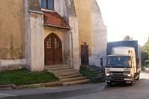 Poběžovický kostel je kvůli nákladním vozidlům projíždějícím centrem města ve špatném stavu. Nový silniční obchvat má pomoci.