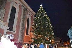 Strom v Domažlicích  se rozzářil na náměstí.