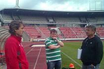 SETKÁNÍ. Před výkopem si popovídali a pozdravili Ivo Knoflíček (vlevo), uprostřed Petr Nevařil a trenér Tachova Jaroslav Pták.
