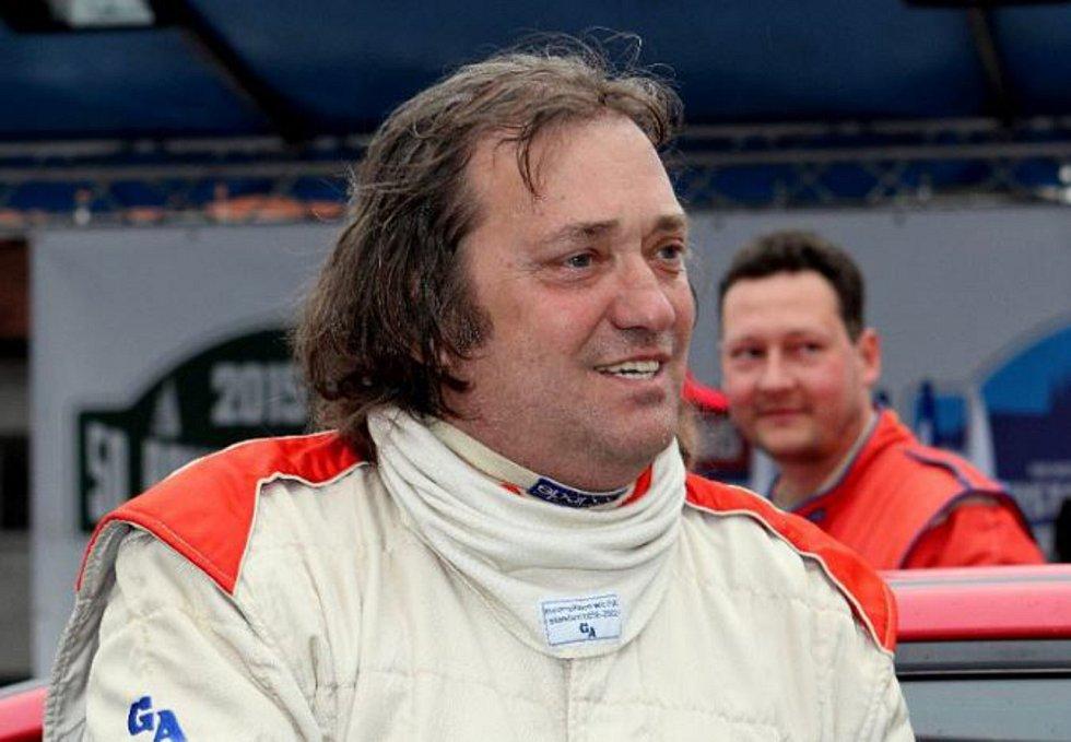 Petr Dufek za svým současným jezdcem Marcelem Tučkem.