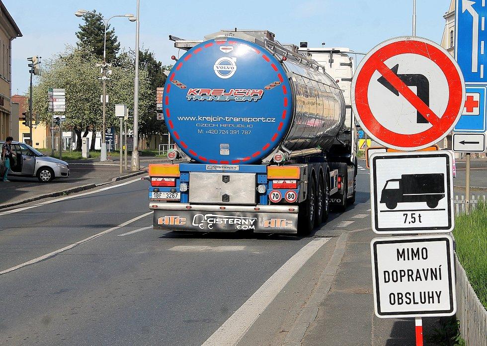 Most  v Horšovském Týně je od pondělí uzavřený. Šoféři kamionů a nákladních vozů musejí jet objížďkami, někteří si ale cestu zkracují přes centrum města.