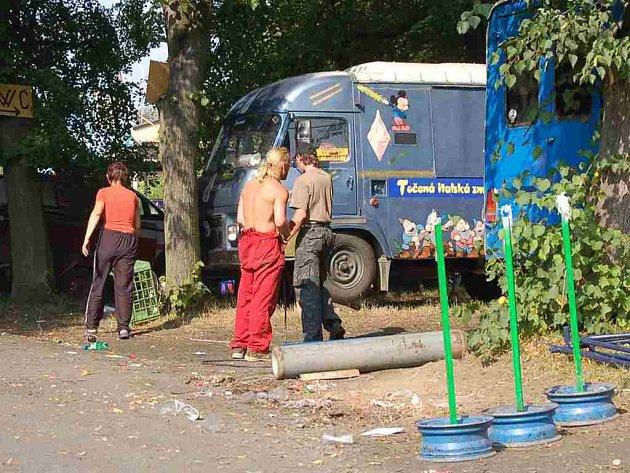 I po stánkařích museli uklízet pracovníci technických služeb. Museli ale počkat než provozovatelé atrakcí Sokoliště vyklidí.