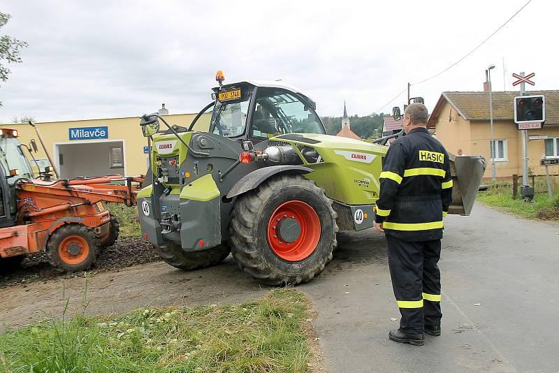 Po 14. hodině skončily u nehody dvou vlaků u Milavčí záchranářské práce a začaly vyprošťovací. Na místo přijel kolem 17. hodiny jeřáb. Ve čtvrtek má dorazit ještě další těžká technika.
