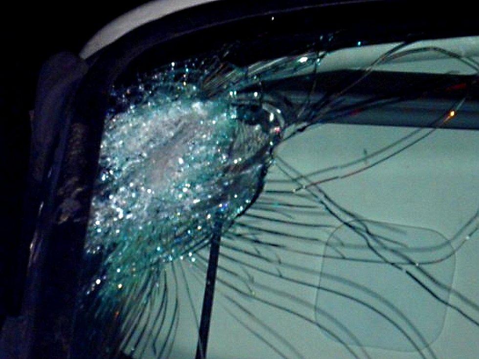 Rozbité čelní sklo. Ilustrační foto.