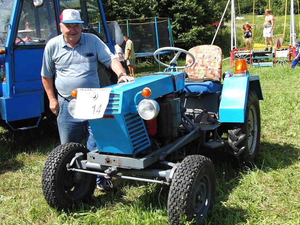 Z premiérového setkání traktorů v Sedlicích. Traktor vyrobený doma ´na koleně´ přivezl do Sedlic ze Zahořan Josef Kresl.