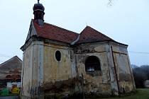 KAPLE SV. JUDY TADEÁŠE VE ŠTÍTARECH. Hostouňští si chátrající památku, která roky hyzdí jednu ze spádových obcí, vyžádali od církve. Rádi by její stav konečně změnili.