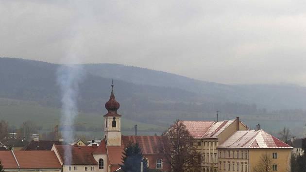 TRHANOV. Pohled na obec se zámkem ze silnice od Domažlic. K zámku patří i z velké míry opravený kostel sv. J. Nepomuckého se zajímavým interiérem.