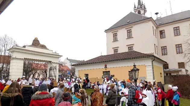 Koledníci před muzeem ve Kdyni.