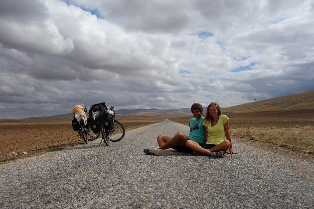 Lucie se Stanislavem vyjeli na kole ze Kdyně do Bombaje. Jeli rok 10státy a ujeli přes 8tisíc kilometrů. Foto: Lucie a Stanislav Kokaislovi