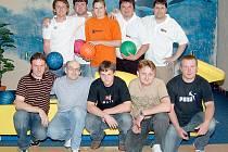 TÝM KARPEMU (na snímku v zadní řadě) je po 8. kole Domažlické bowlingové ligy na prvním místě tabulky.