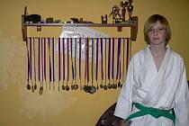 DVANÁCTILETÝ MAREK STEINBERGER patřil do výpravy, kterou na Přebor mladších žáků a žákyň v Mohelnici vyslal oddíl SK Judo Poběžovice. Na snímku je Marek se svojí sbírkou medailí a pohárů.