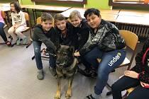 Policie představila svou práci dětem ve škole v Poběžovicích.