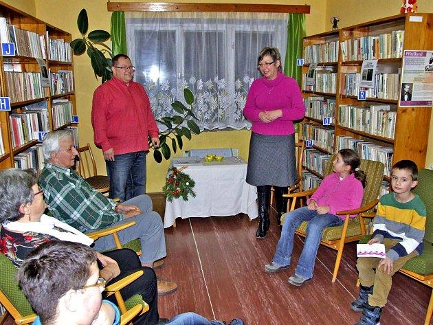 Z OCEŇOVÁNÍ ČTENÁŘŮ. V poběžovické knihovně bylo premiérové, ale nikoli poslední. V pozadí (zleva) starosta Hynek Říha a knihovnice Jana Blahníková.