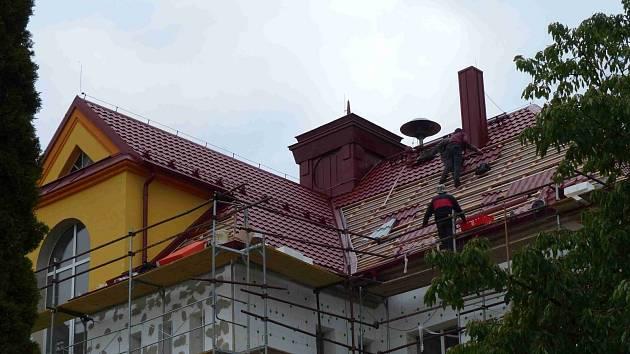 CHODOVSKÁ ŠKOLA si prochází obdobím, kdy se mění nejen její střecha, ale také vylepšují tepelně technické vlastnosti budovy.