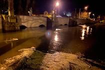Rozvodněná Radbuza zaplnila téměř celý průtok pod barokním mostem