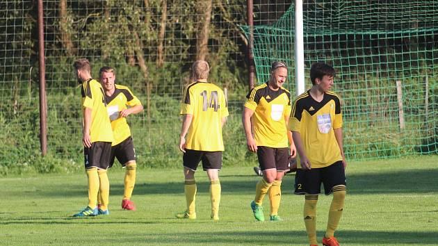 Fotbalisté Startu Bělá nad Radbuzou (na archivním snímku ve žlutém) vyhráli v předposledním kole podzimní části sezony ve Starém Plzenci 2:0.