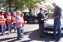 Tento řidič dodržel rychlost, proto dostal od Vladislavy Čejkové pochvalu a od dětí samolepku s ´usměváčkem´. Dětem dělalo viditelně radost povídání se šoféry