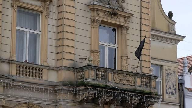Černá vlajka vlaje na domažlické radnici.