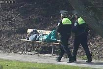 Hledaná osoba spala na lavičce v parku v Domažlicích, foto je z kamerového záznamu.
