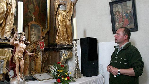 V kostele sv. Jiří v Semněvicích se nachází oltář zasvěcený sv. Lucii. Na snímku kronikář obce Milan Pepo.