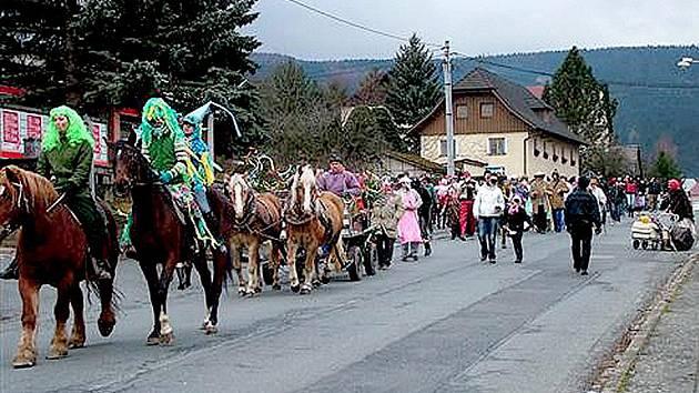MASOPUST V KLENČÍ. Velké masopustní průvody se v Klenčí konaly až do roku 1958. Předloni tam tuto tradici obnovili.