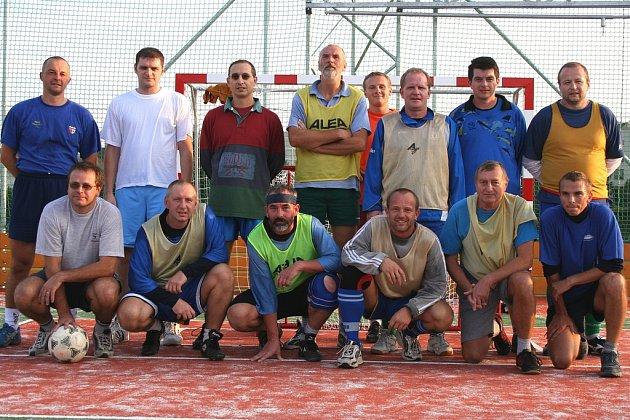 SPOLEČNÁ FOTOGRAFIE NAKONEC. Tělocvikáři si zasportovali a je jasné, že zápas fotbalových profesionálů si dokázali vychutnat.