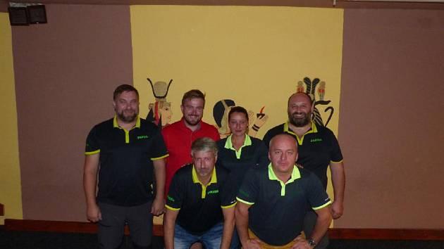 Pohoda (zleva Pavel Ježek, Michal Černý, Martin Plzák, Kateřina Bušková, Jiří Čínovec a Jaroslav Švejnoch) nestačila v pátém kole na favorizovaný celek Elitexu a patří jí deváté místo.