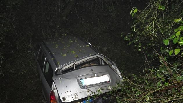 Dvacetiletý řidič nepřizpůsobil svou rychlost mokré vozovce.