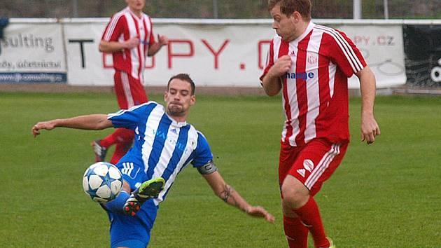 TĚSNÁ VÝHRA. Petr Mužík (na snímku v pádu) dovedl ve Štěchovicích domažlickou Jiskru k vítězství. Právě po jím rozehrané standardce vstřelil Milan Braun jediný gól utkání.