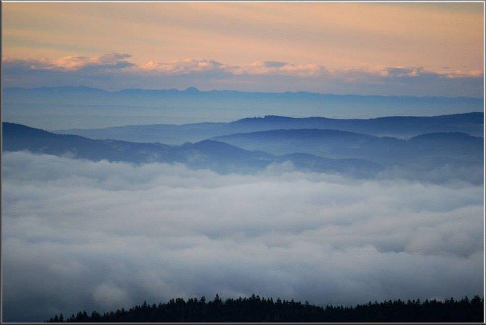 V pozadí rakouské Alpy vzdálené vzdušnou čarou 205-260km, cca uprostřed nejvýraznější ´kopeček´ je Grossvenediger (3660m).