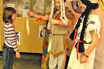 Budoucí školáky vítají při zápisu do první třídy jejich starší kamarádi třeba v převlecích indiánů. Foto: archiv ZŠ Postřekov