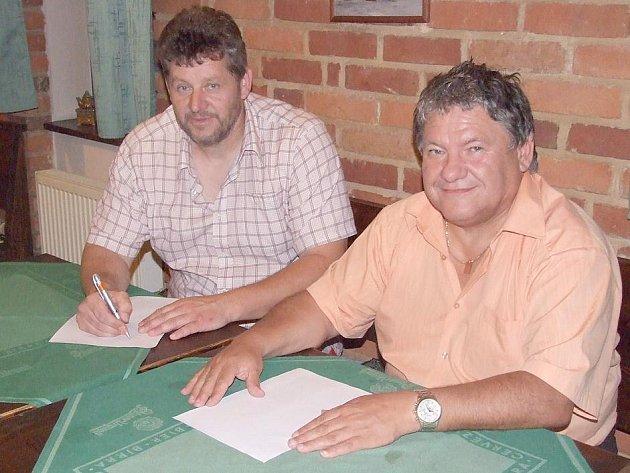 EXLUZIVNÍ FOTO z podpisu smlouvy s novým trenérem Jiskry Domažlice Liborem Žákem. Na snímku je s prezidentem klubu Jaroslavem Ticháčkem.