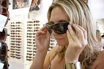 Aby sluneční brýle opravdu chránily naše oči před sluncem a nebyly pouze módním doplňkem, je lépe zakoupit je tam, kde máte záruku