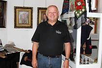 Josef Nejdl je nejen vedoucím Chodského souboru Mrákov, ale také otcem stenojmenného syna, ředitele Muzea Chodska. Takže právě tam jsme ho zastihli.