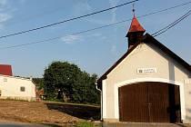 Obec Pec nechala zbourat někdejší hostinec. Uvolnilo se tak místo vlevo od hasičské zbrojnice.